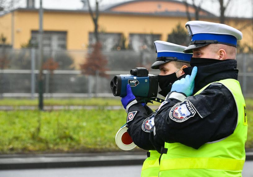 Policjanci na drodze będą mogli nakładać mandaty do 5 tys. zł. By kierowcy nie bronili się w sądach, sądy będą mogły nałożyć grzywnę do 30 tys. zł. /Artur Barbarowski /East News