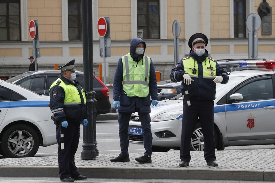 Policjanci na jednej z ulic Sankt Petersburga /ANATOLY MALTSEV  /PAP/EPA