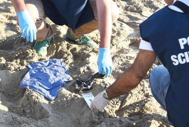 Policjanci na plaży w Rimini /MANUEL MIGLIORINI /PAP/EPA