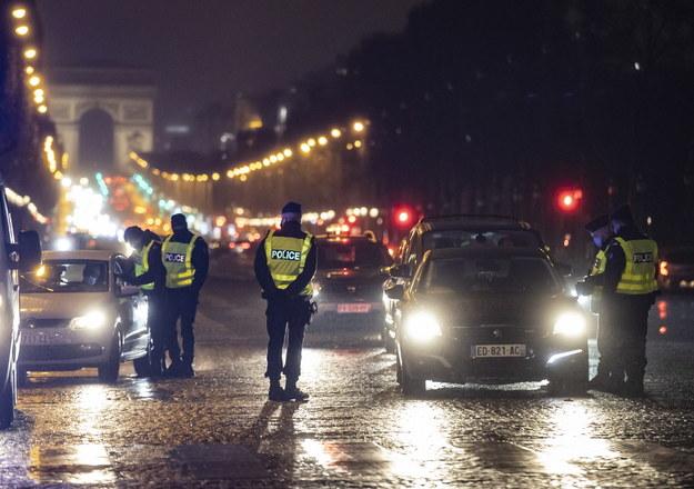 Policjanci na Polach Elizejskich w Paryżu /IAN LANGSDON /PAP/EPA