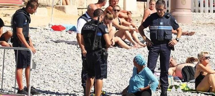 Policjanci nakazują muzułmance ściągnąć burkini /Twitter