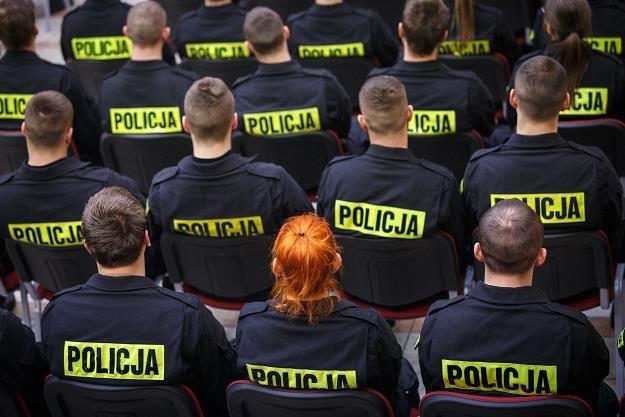Policjanci nie rkyją oburzenia... Fot. Maciej Jarzębiński /FORUM