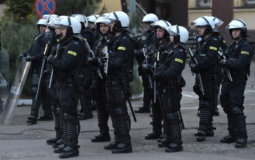 Policjanci ochraniają budynek komisariatu policji w Knurowie /Jacek Bednarczyk /PAP