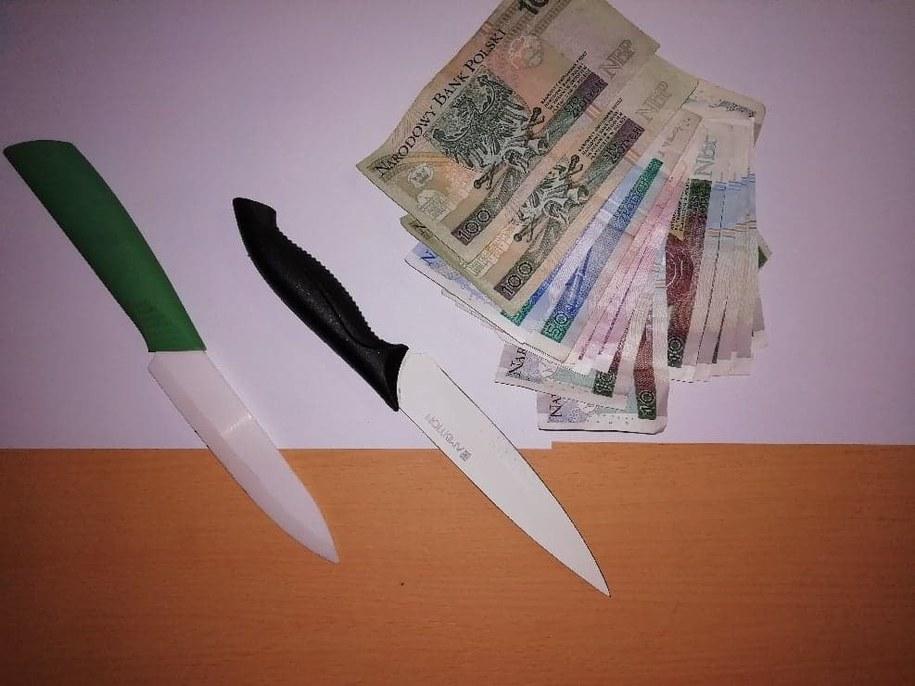 Policjanci odzyskali skradzione pieniądze i zabezpieczyli noże nastolatków /Policja