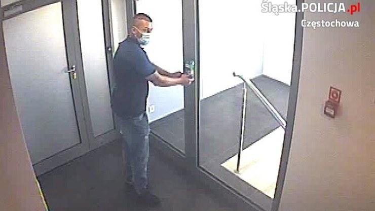 Policjanci opublikowali wizerunek człowieka, który towarzyszył złodziejom. Jeśli znasz tego mężczyznę, skontaktuj się z Komendą Miejską Policji w Częstochowie. /policja.pl /