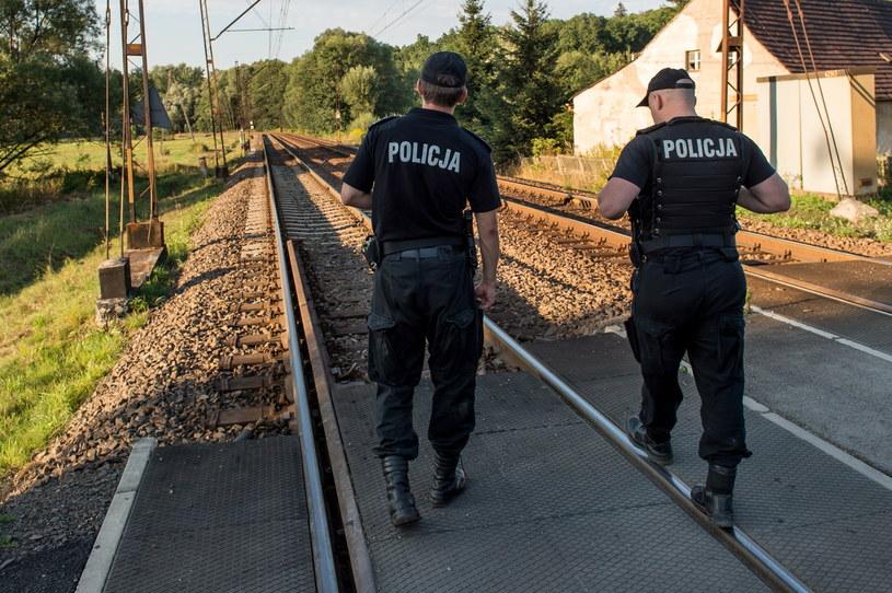 Policjanci patrolują okolice torów kolejowych /Maciej Kulczyński   (PAP) /PAP