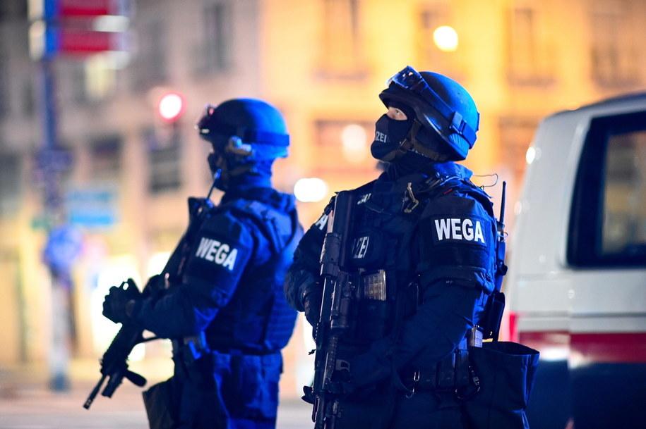 Policjanci patrolujący ulice Wiednia wkrótce po zamachu w centrum miasta /CHRISTIAN BRUNA /PAP/EPA