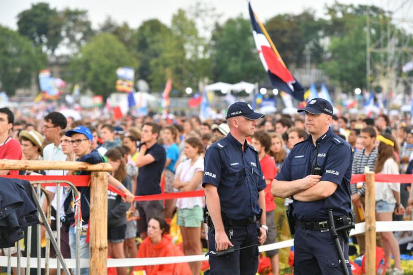 Policjanci podczas mszy otwarcia na krakowskich Błoniach /Maciej Kulczyński /PAP