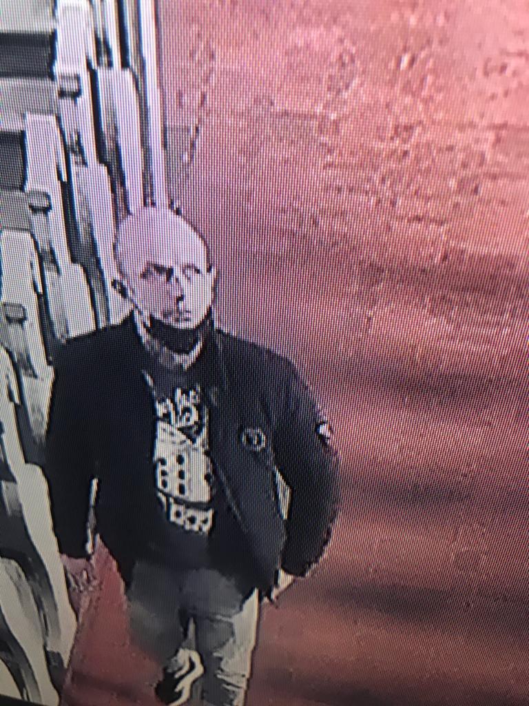 Policjanci proszą wszystkich, którzy rozpoznają mężczyznę o kontakt /Policja /