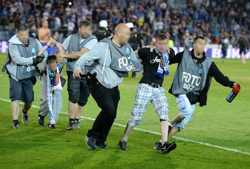 Policjanci przebrani za fotoreporterów zatrzymują chuliganów w Chorzowie /Fot. Piotr Polak /PAP