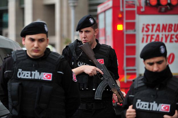 Policjanci przed akcją odbicia prokuratora Mehmeta Selima Kiraza /AFP