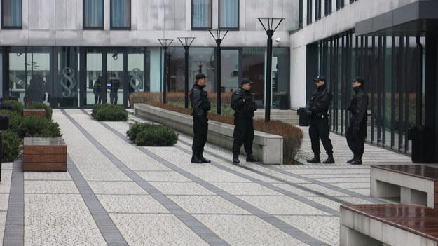 Policjanci przed budynkiem prokuratury w Krakowie /Jacek Skóra /RMF FM