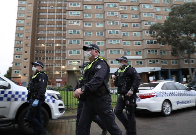 Policjanci przed jednym z budynków w Melbourne /DAVID CROSLING /PAP/EPA