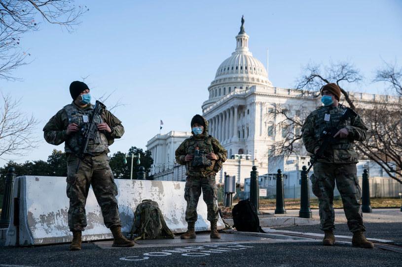 Policjanci przed Kapitolem /SARAH SILBIGER /Getty Images