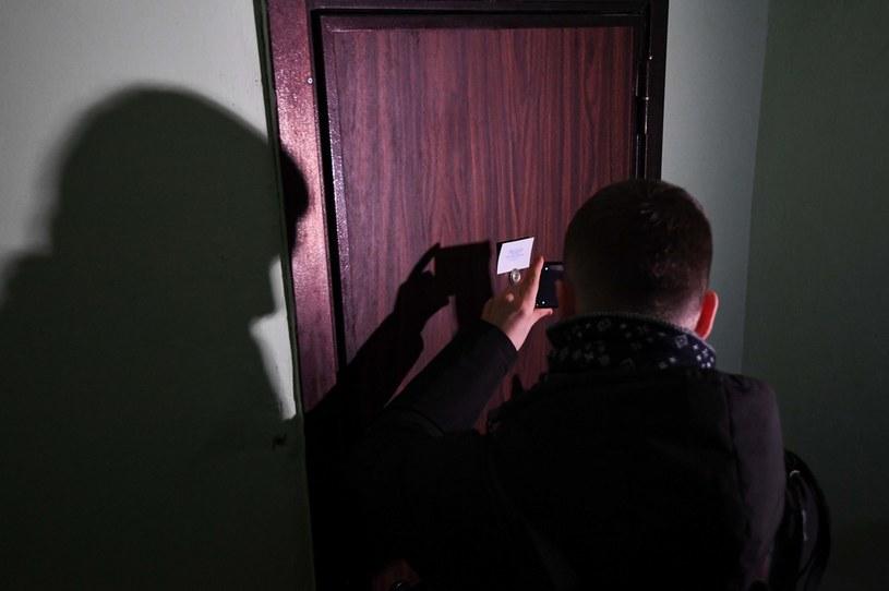 Policjanci przed rewizją mieszkania Aleksieja Nawalnego /Natalia Kolesnikova /AFP