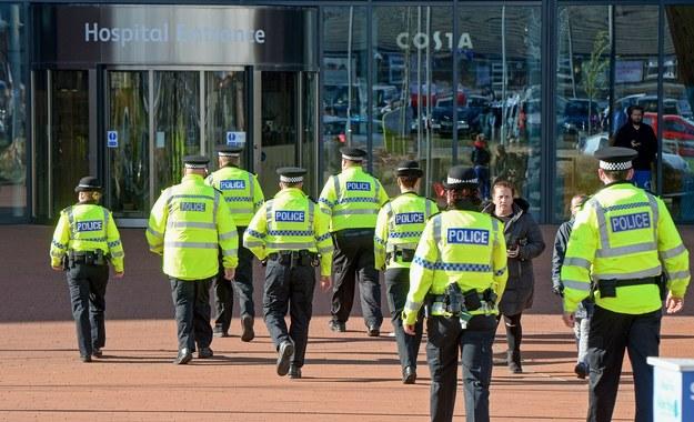 Policjanci przed szpitalem, w którym przebywa Alfie /PETER POWELL   /PAP/EPA