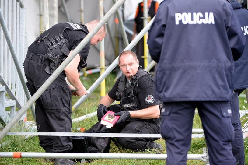 Policjanci przeszukują plecak podczas rozpoczęcia Światowych Dni Młodzieży /Darek Delmanowicz /PAP