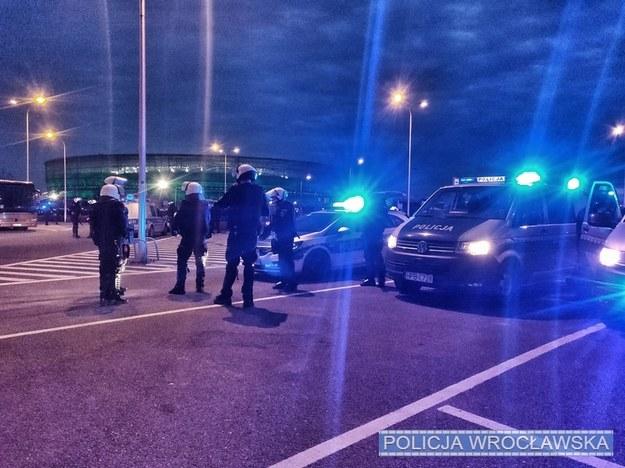 Policjanci przy Stadionie Miejskim we Wrocławiu /Policja