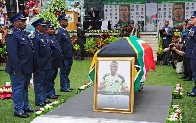 Policjanci przy trumnie piłkarza /PAP/EPA/SABELO MNGOMA /PAP/EPA