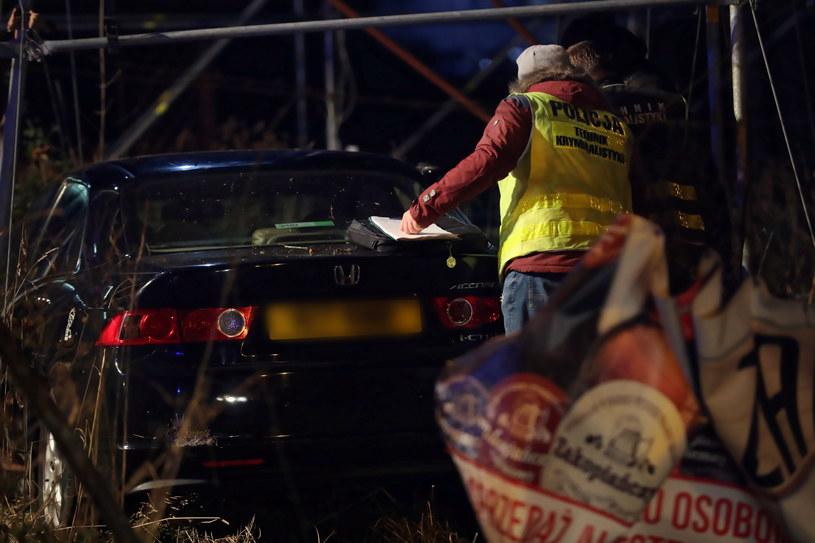 Policjanci przy zatrzymanym samochodzie / Grzegorz Momot    /PAP