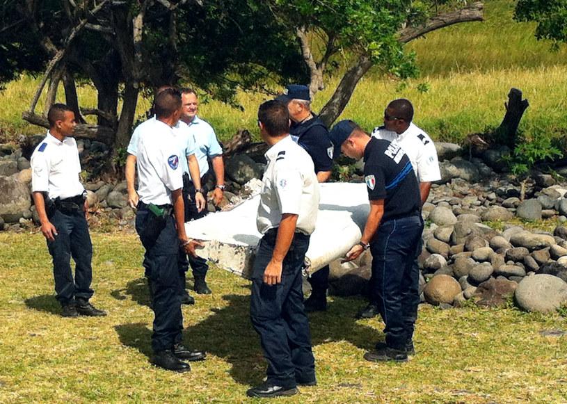 Policjanci przyglądają się znalezisku /AFP