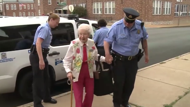 Policjanci spełnili marzenie Edie Simms /YouTube