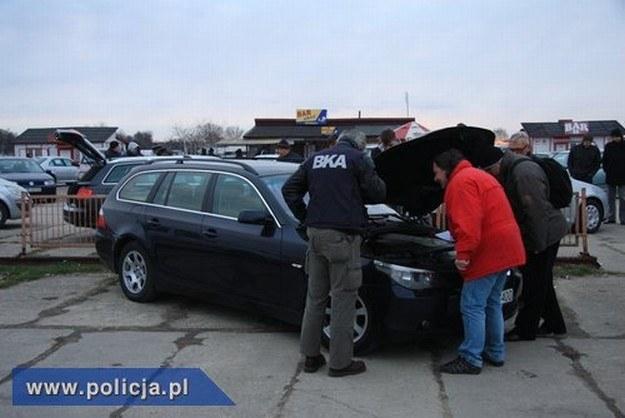 Policjanci sprawdzali legalność samochodów i części /Policja
