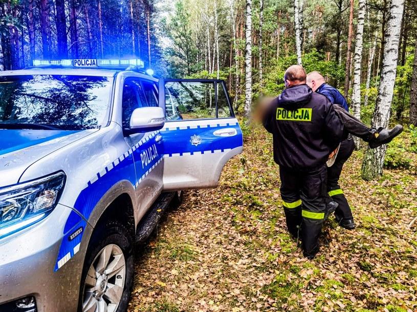 Policjanci, terenowym radiowozem przetransportowali kobietę do asfaltowej drogi, gdzie czekała już na nią załoga karetki pogotowia /Policja