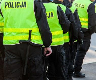 Policjanci uciekają ze służby