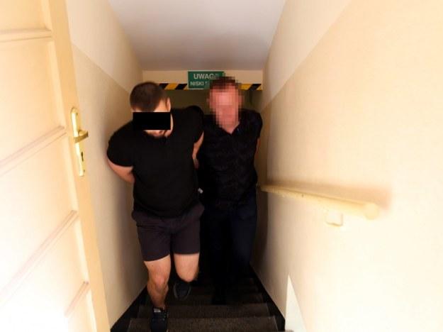 Policjanci udaremnili przemyt blisko 22 tys. tabletek ekstazy. Zdj. z zatrzymania /Policja