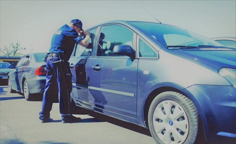 Policjanci uwolnili dziecko zamknięte w rozgrzanym samochodzie /Policja
