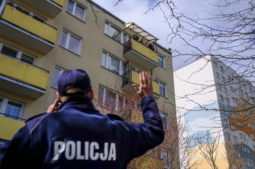 Policjanci w całej Polsce kontrolują osoby przebywające na kwarantannie /Grzegorz Olkowski / Polska Press /East News