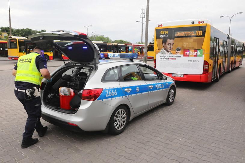 Policjanci w całym kraju kontrolują autobusy i kierowców / Tomasz Gzell    /PAP