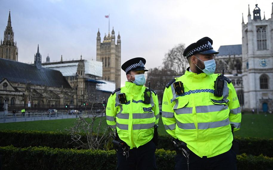 Policjanci w maseczkach przed parlamentem w Londynie / ANDY RAIN    /PAP/EPA