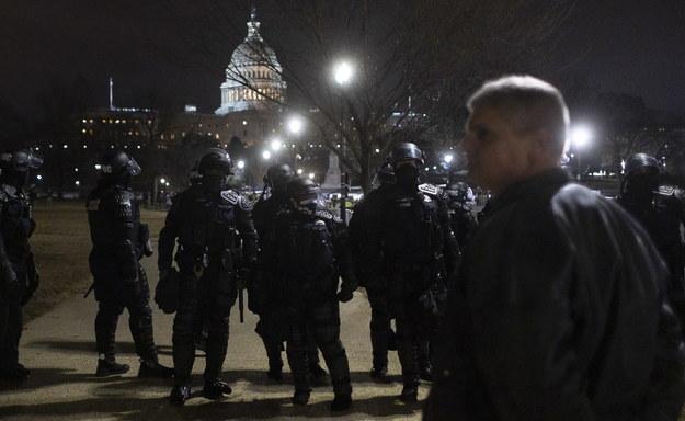Policjanci w pobliżu Kapitolu /JUSTIN LANE /PAP/EPA
