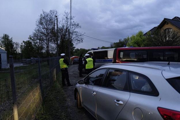 Policjanci w pobliżu miejsca odnalezienia zwłok chłopca /Andrzej Grygiel /PAP