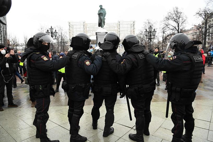 Policjanci w rynsztunku do tłumienia zamieszek na placu Puszkina w Moskwie. /Kirill Kudryavtsev /AFP