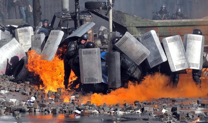Policjanci walczący z protestującymi w Kijowie /ANATOLII STEPANOV /AFP