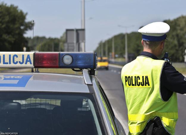 Policjanci wożą zatrzymanych w trakcie służby, zamiast prowadzić interwencje /PIOTR JEDZURA/REPORTER /East News