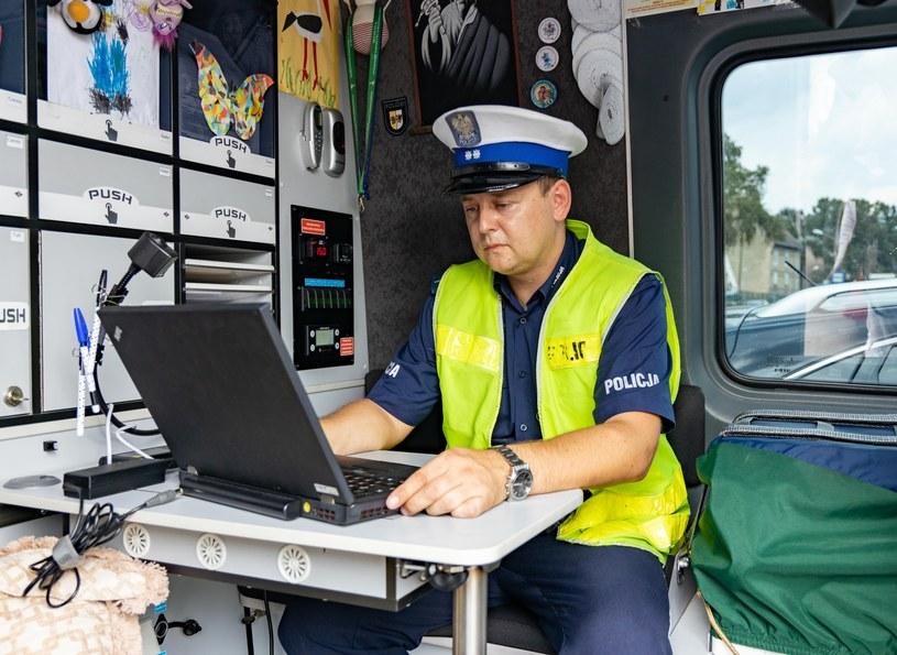 Policjanci wykorzystują analizatory spalin /Robert Stachnik /Reporter