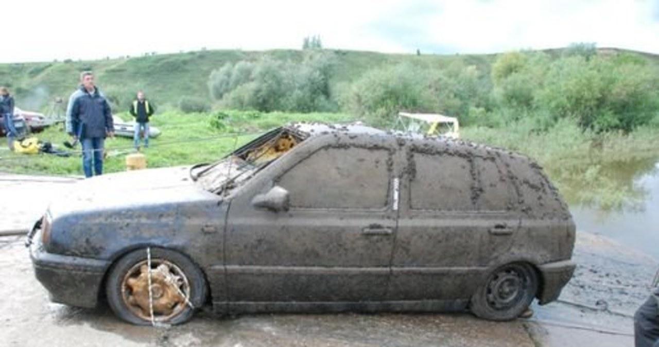 Policjanci wyłowili wrak samochodu z ludzkimi szczątkami