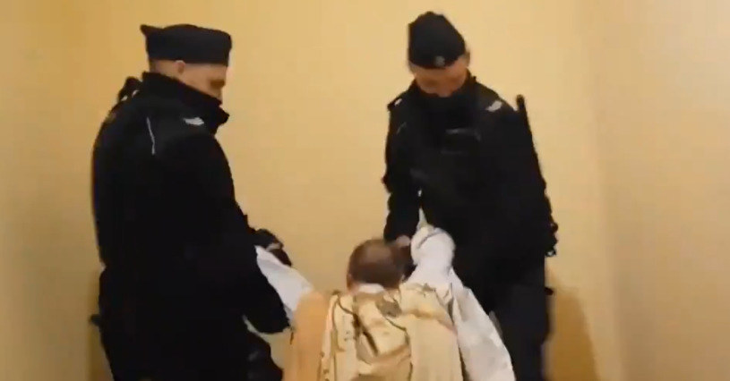 Policjanci wynieśli łamiącego obostrzenia księdza z domu salezjańskiego w Poznaniu /Twitter