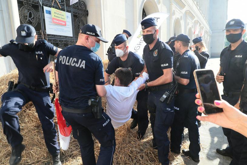 Policjanci wynieśli lidera AgroUnii po ok. 30 minutach /Piotr Molecki /East News