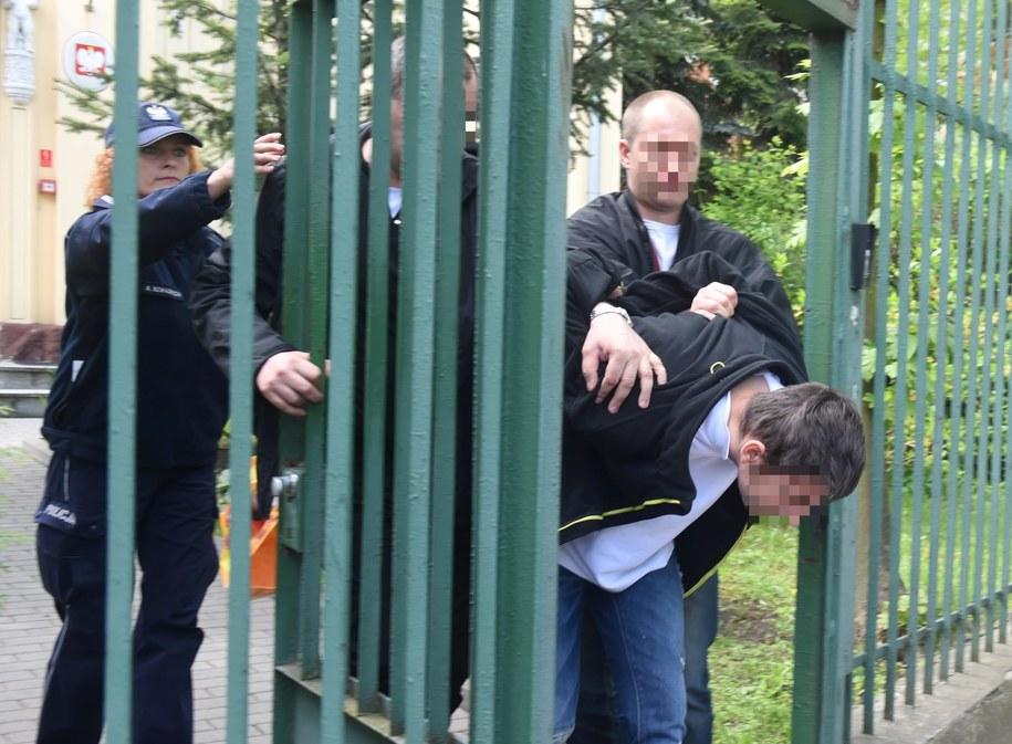 Policjanci wyprowadzają Maksymiliana W. - jednego z dwóch nastolatków podejrzanych o zabójstwo kobiety w Żychlinie / Grzegorz Michałowski    /PAP