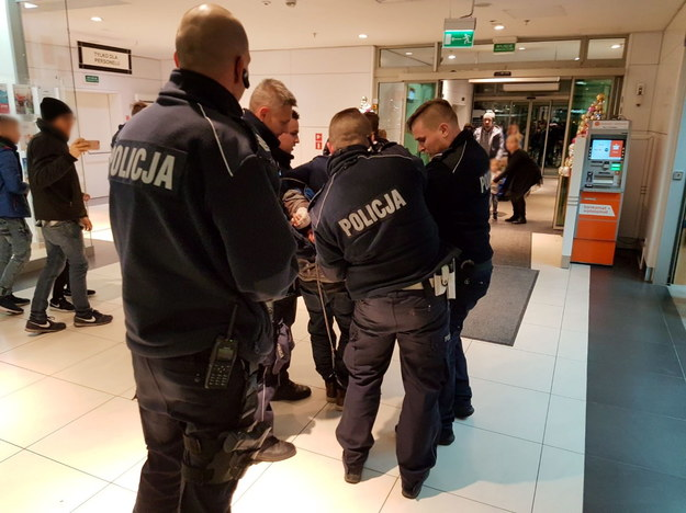 Policjanci wyprowadzają napastnika / Marcin Bielecki    /PAP