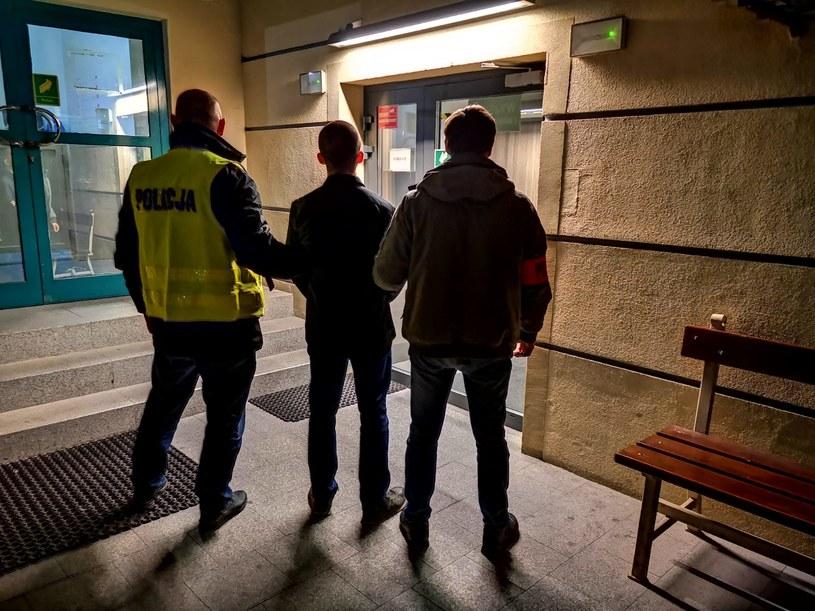 Policjanci z Komendy Rejonowej Warszawa I zatrzymali trzeciego z mężczyzn podejrzanych o zaatakowanie aktywistów z grupy Food Not Bombs /Policja /Twitter