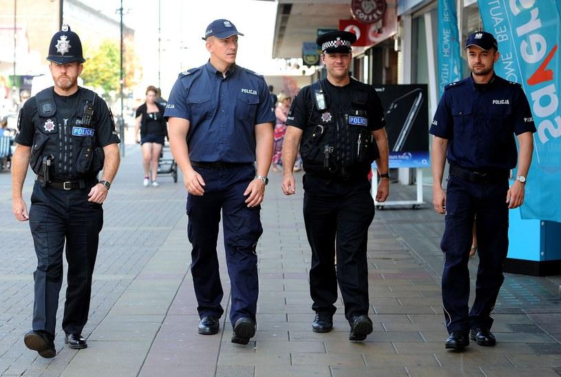 Policjanci z Polski Dariusz Tybura i Bartosz Czernicki oraz funkcjonariusze brytyjskiej policji Paul Harrison i Steve Wright /NICK ANSELL /East News