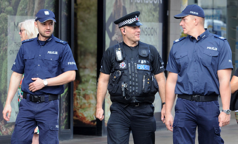 Policjanci z Polski na Wyspach /AFP