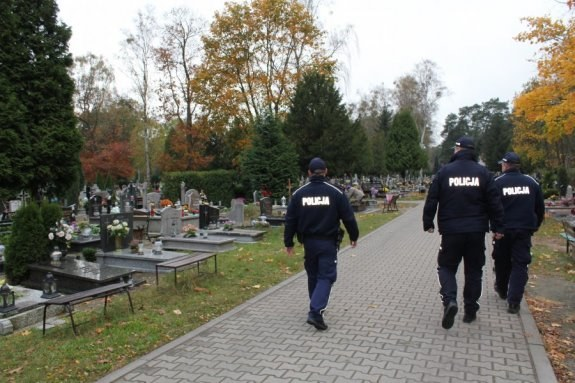 Policjanci z Pułtuska eskortowali do szpitala osoby potrzebujące pomocy lekarskiej /Policja