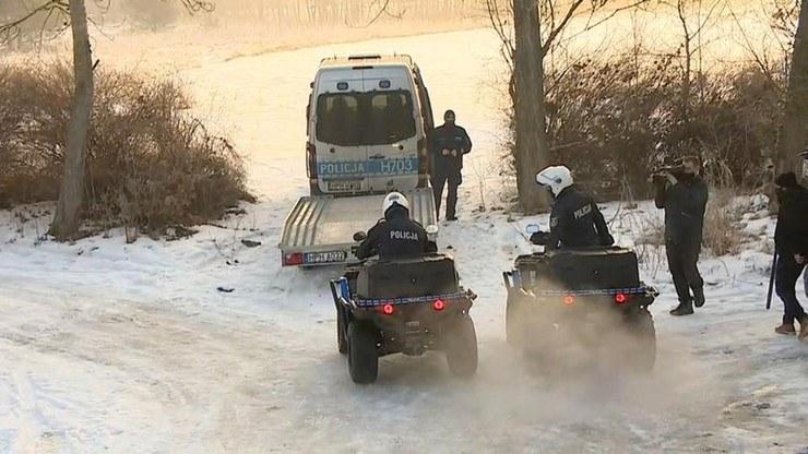 Policjanci z Pułtuska (Mazowieckie) prowadzą poszukiwania 75-letniego mężczyzny, który spacerując wałem przeciwpowodziowym wszedł do rzeki, chcąc uratować z niej psa, pod którym załamał się lód